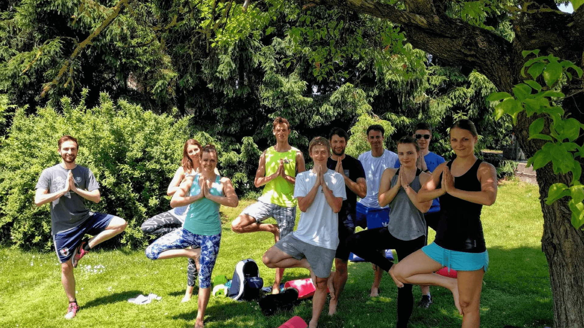 Neue Mitarbeiter nehmen an Yoga Stunde teil