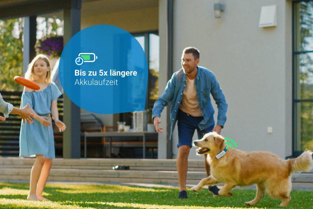 Hund mit GPS Tracker und Familie im Garten