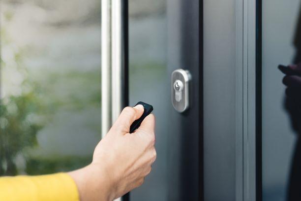 Öffnen der Haustür mittels Knopfdruck durch Nuki Fob