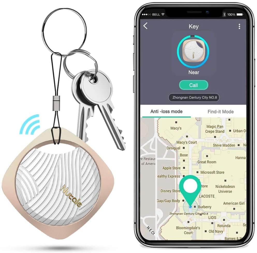 Schlüsselbund mit Bluetooth Tracker plus Smartphone mit offener Karte