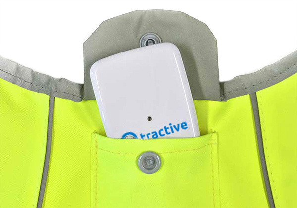 Signal vest with a pocket for the Tractive GPS tracker